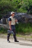 Pescador que anda abaixo do trajeto Fotografia de Stock