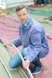 Pescador que guarda a rede da corda Foto de Stock Royalty Free