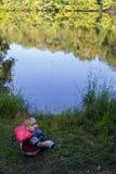 Pescador que le mira Imagenes de archivo