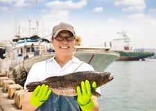 pescador que muestra pescados antes de pescar la nave imagen de archivo libre de regalías