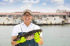pescador que muestra pescados antes de pescar la nave foto de archivo