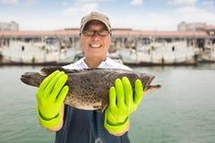 pescador que muestra pescados antes de pescar la nave fotos de archivo libres de regalías