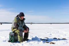 Pescador que pesca la pesca del invierno en un d?a soleado brillante fotografía de archivo libre de regalías