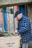Pescador que prepara el engranaje Imagen de archivo