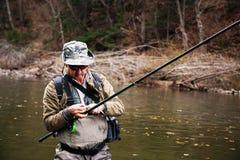 Pescador que prepara a engrenagem para pescar fotos de stock royalty free