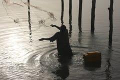 Pescador que rechaza la red en Benin Imágenes de archivo libres de regalías