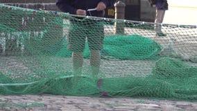 Pescador que repara una red de pesca almacen de video