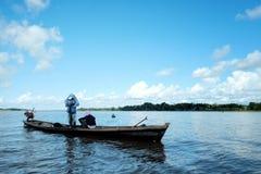 pescador que se prepara para una sesión de la tarde mientras que cubre para arriba del calor imágenes de archivo libres de regalías