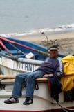 Pescador que toma una rotura bien merecida fotos de archivo