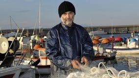 Pescador que trabaja en el puerto pesquero imágenes de archivo libres de regalías