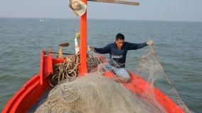 Pescador que trabalha no barco da pesca video estoque