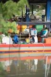 Pescador que vende peixes no cais imagens de stock royalty free