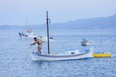 Pescador que verifica a âncora imagem de stock