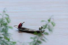 Pescador que vive en el río Mekong fotos de archivo