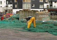 Pescador Repairing Nets Imagens de Stock Royalty Free
