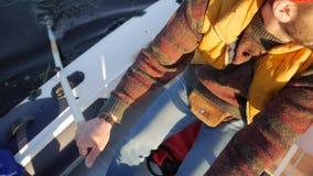 Pescador Rowing Inflatable Boat con los remos de madera en el lago Cantidad a cámara lenta de la forma de vida de HD metrajes