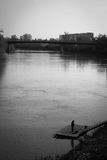 Pescador só no rio Mures imagem de stock