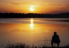 Pescador Silhouette Madrugada de la salida del sol Foto de archivo libre de regalías
