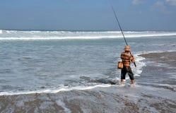 Pescador Surf Casting del Balinese en la playa de Legian Fotos de archivo