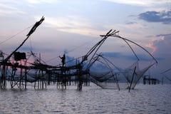 Pescador tailandês com a armadilha tradicional da pesca, Phatthalung, Tailândia Fotografia de Stock Royalty Free