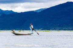 Pescador tradicional del lago Inle Fotos de archivo