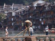 Pescador tradicional en Fenghuang antiguo fotos de archivo
