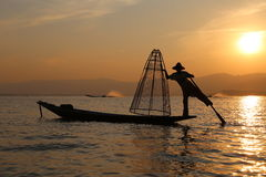 Pescador tradicional no lago Inle, Myanmar Foto de Stock
