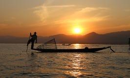 Pescador tradicional no lago Inle, Myanmar imagem de stock