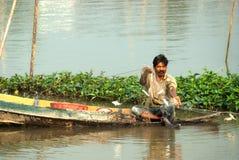 Pescador tradicional tailandês no rio Imagens de Stock