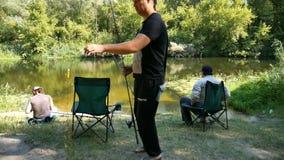 Pescador tres en la orilla del río metrajes