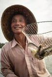 Pescador vietnamiano com sua captura foto de stock royalty free