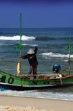 Pescador y barco tradicional Fotos de archivo