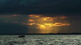 Pescador y la puesta del sol almacen de video