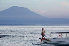 Pescador y montaña hermosa Fotos de archivo libres de regalías