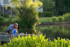 Pescador y padre jovenes Foto de archivo libre de regalías