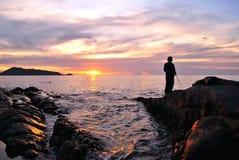 Pescador y playa de la puesta del sol Fotografía de archivo libre de regalías