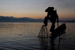 Pescador y su red abajo Fotografía de archivo libre de regalías