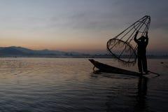 Pescador y su red para arriba Fotos de archivo