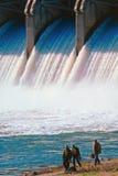 Pescadores abaixo do spillway Imagens de Stock Royalty Free