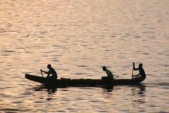 Pescadores africanos que pescan el flotador Imágenes de archivo libres de regalías