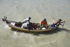 Pescadores brasileiros no barco de pesca tradicional Imagem de Stock Royalty Free