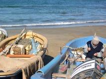 Pescadores com o barco e redes pequenos de pesca Foto de Stock