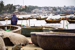 Pescadores com os barcos de pesca coloridos o 7 de fevereiro de 2012 em Mui Ne, Vietname Fotografia de Stock