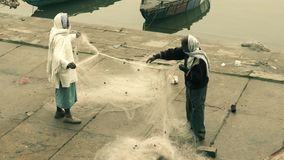 Pescadores com sua rede em Varanasi video estoque