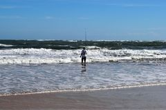 Pescadores da ressaca na praia do oceano foto de stock