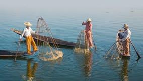Pescadores da vila em barcos tradicionais com armadilhas dos peixes Lago Inle, Burma Fotos de Stock Royalty Free
