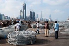 Pescadores de Abu Dhabi que fazem potenciômetros de lagosta Fotografia de Stock