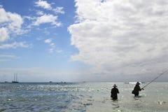 Pescadores de Baliness en el fondo del mar y del cielo Imágenes de archivo libres de regalías