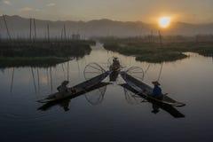 Pescadores de equilibrio del ` s de Myanmar en el lago del inle foto de archivo