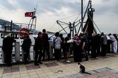 Pescadores de la ciudad de Cinarcik Foto de archivo libre de regalías